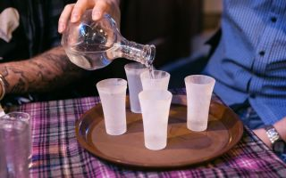 Как проверить водку: домашние способы определения фальсификата и проверка качества содержимого