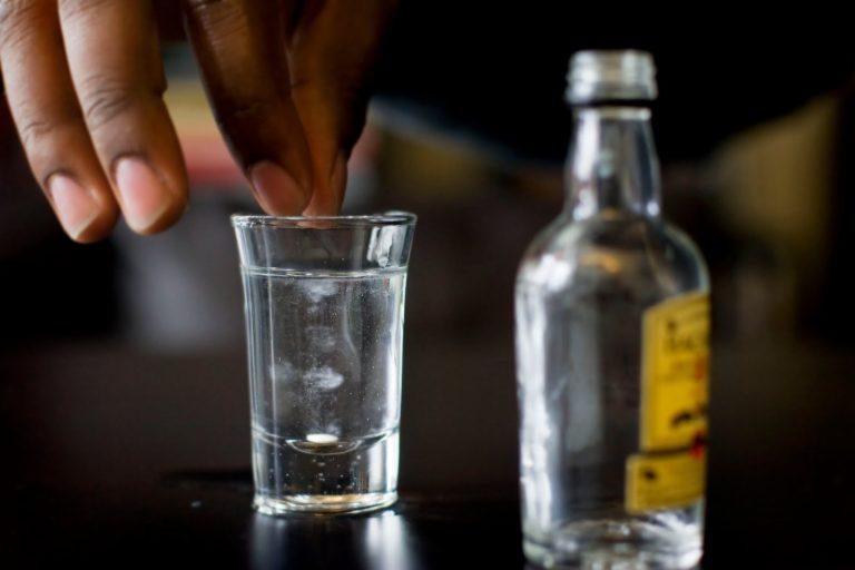Помогает ли водка с солью от поноса